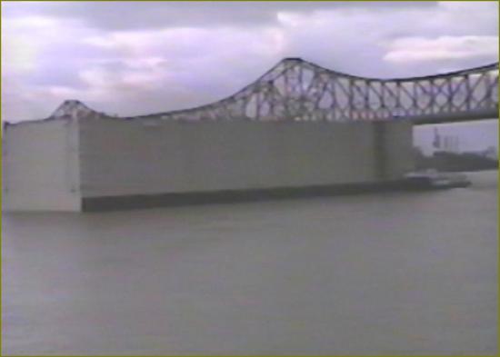 2 la barge sous le pont de baton rouge ouf