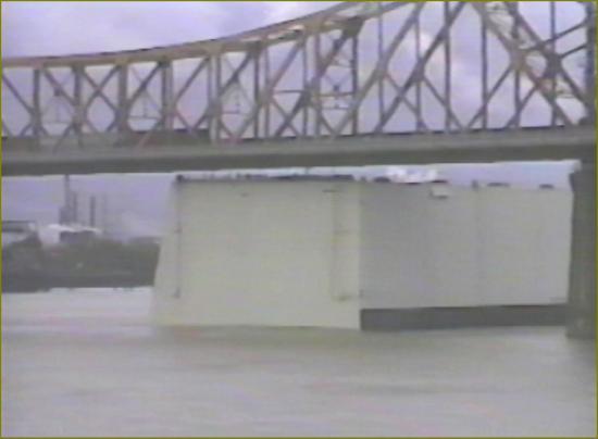 2 la barge sous le pont de baton rouge