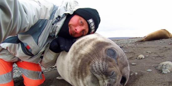 Selfie avec un gentil bebe phoque de 150 kg